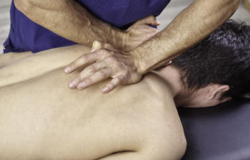 man undergoing chiropractic treatment for shoulder pain